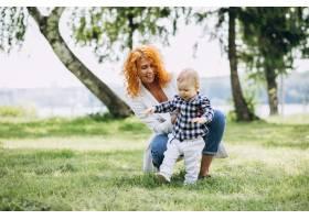 一位妇女和她的儿子在公园里玩耍_5159133