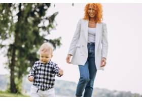 一位妇女和她的儿子在公园里玩耍_5159134
