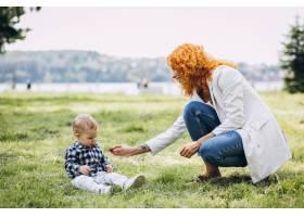 一位妇女和她的儿子在公园里玩耍_5159137