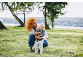 一位妇女和她的儿子在公园里玩耍_5159143