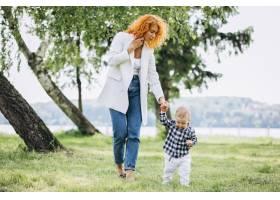一位妇女和她的儿子在公园里玩耍_5159151