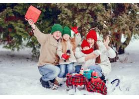 一家人带着可爱的女儿在冬季公园里_4062842