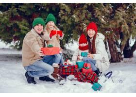 一家人带着可爱的女儿在冬季公园里_4062843