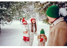 一家人带着可爱的女儿在冬季公园里_4062845