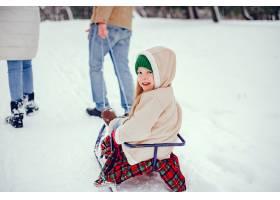 一家人带着可爱的女儿在冬季公园里_4062857