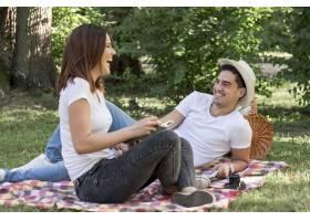 一对可爱的情侣在公园里欢笑着躺着_5022720