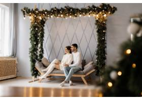 一对迷人的年轻夫妇穿着舒适的白色家装在一_3987007