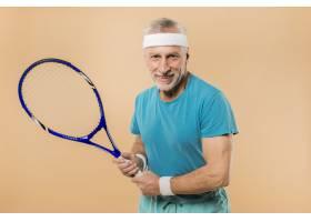 现代高龄男子手持网球拍_3516647