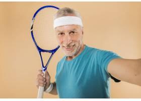 现代高龄男子手持网球拍_3516648