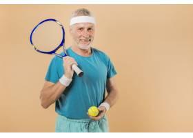 现代高龄男子手持网球拍_3516649