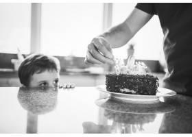 用蛋糕庆祝生日的男孩_3274157