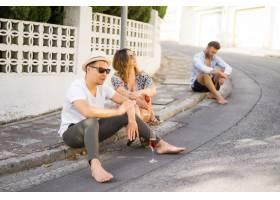 相爱的年轻幸福夫妇走在西班牙的小街上喝_3735744