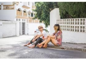 相爱的年轻幸福夫妇走在西班牙的小街上喝_3739310