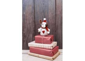 礼物堆上的玩具鹿_3524027