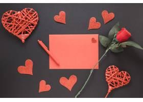 笔边的纸点缀着心形和花朵_3562271