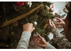 情侣们的手把玩具放在圣诞树上_3354046