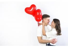 抱着红心气球的年轻夫妇_3564833