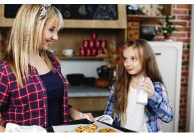 妈妈和女儿在厨房里一起品尝新鲜出炉的巧克_3342091
