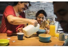 妈妈在女儿的麦片里倒牛奶_3222550