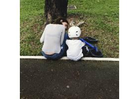 妈妈教儿子如何在户外骑自行车_3469430