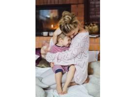 带着孩子的年轻女子妈妈和儿子在壁炉边游_3639566
