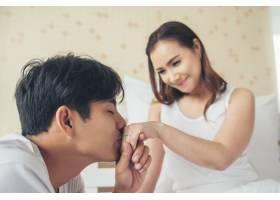 一位年轻人在家里为他的女朋友带来了戒指盒_3396994
