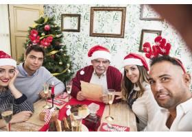 一名男子在节日餐桌上与家人自拍_3329711