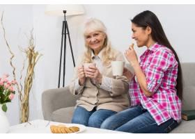一对母女坐在沙发上一起吃早餐的幸福写真_3764694