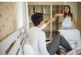 不开心的年轻人在卧室里和女朋友吵架_3393281