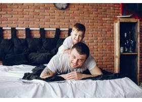 父亲带着年幼的儿子_3587686