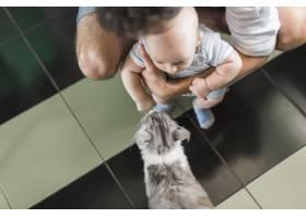 父亲抱着孩子站在猫面前的俯瞰_3274400