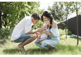 父母在花园里爱着他们的孩子_3279928
