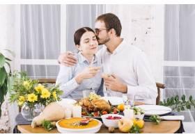 男子在节日餐桌上拥抱女子_3279059