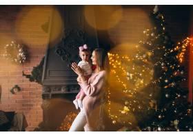母亲和女儿在圣诞树旁_3655507