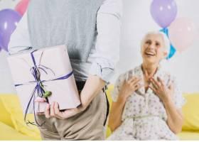 男人向幸福的妻子藏着惊喜生日礼物的特写_3492411
