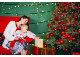 母亲和儿子在圣诞树旁_3654105