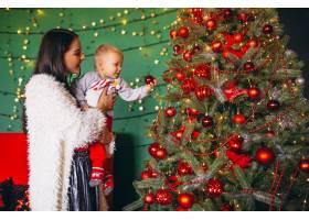 母亲和儿子在圣诞树旁_3654108