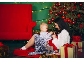 母亲和儿子在圣诞树旁_3654116
