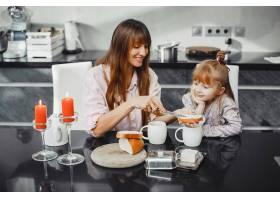 母亲和女儿在厨房里_3826842