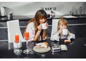 母亲和女儿在厨房里_3826843