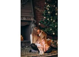 母亲和女儿在圣诞树旁_3654282