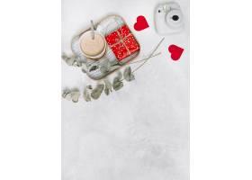 礼品盒和一杯饮料放在装饰心植物树枝和相_3543722