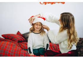母亲和女儿戴着圣诞帽_3389578