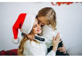 母亲和女儿戴着圣诞帽_3389580