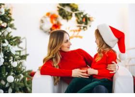 母亲和女儿戴着圣诞帽_3389585