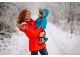 母亲和她的小儿子一起在冬季公园里_3655493