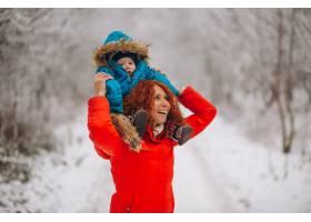 母亲和她的小儿子一起在冬季公园里_3655502