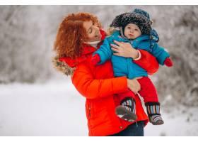母亲和她的小儿子一起在冬季公园里_3655869