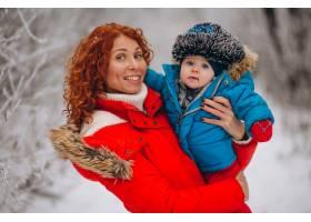 母亲和她的小儿子一起在冬季公园里_3655964