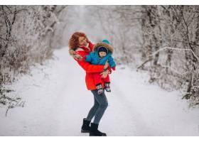 母亲和她的小儿子一起在冬季公园里_3656105
